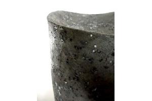 Urne schwarz-weiß / Steinputz
