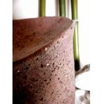 Urne mit rot-braunem Steinputz