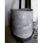 Urne mit weiß-schwarzem Steinputz